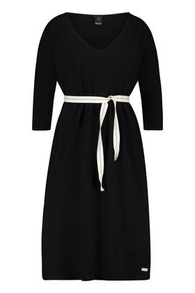 02b4802c9f8fdc Sportique Zeewolde    DAMES    Zwart dames jurk met wit letter ...